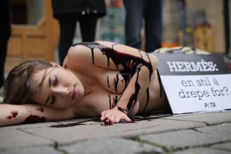 protes PETA melawan kekejaman kulit eksotis Oslo